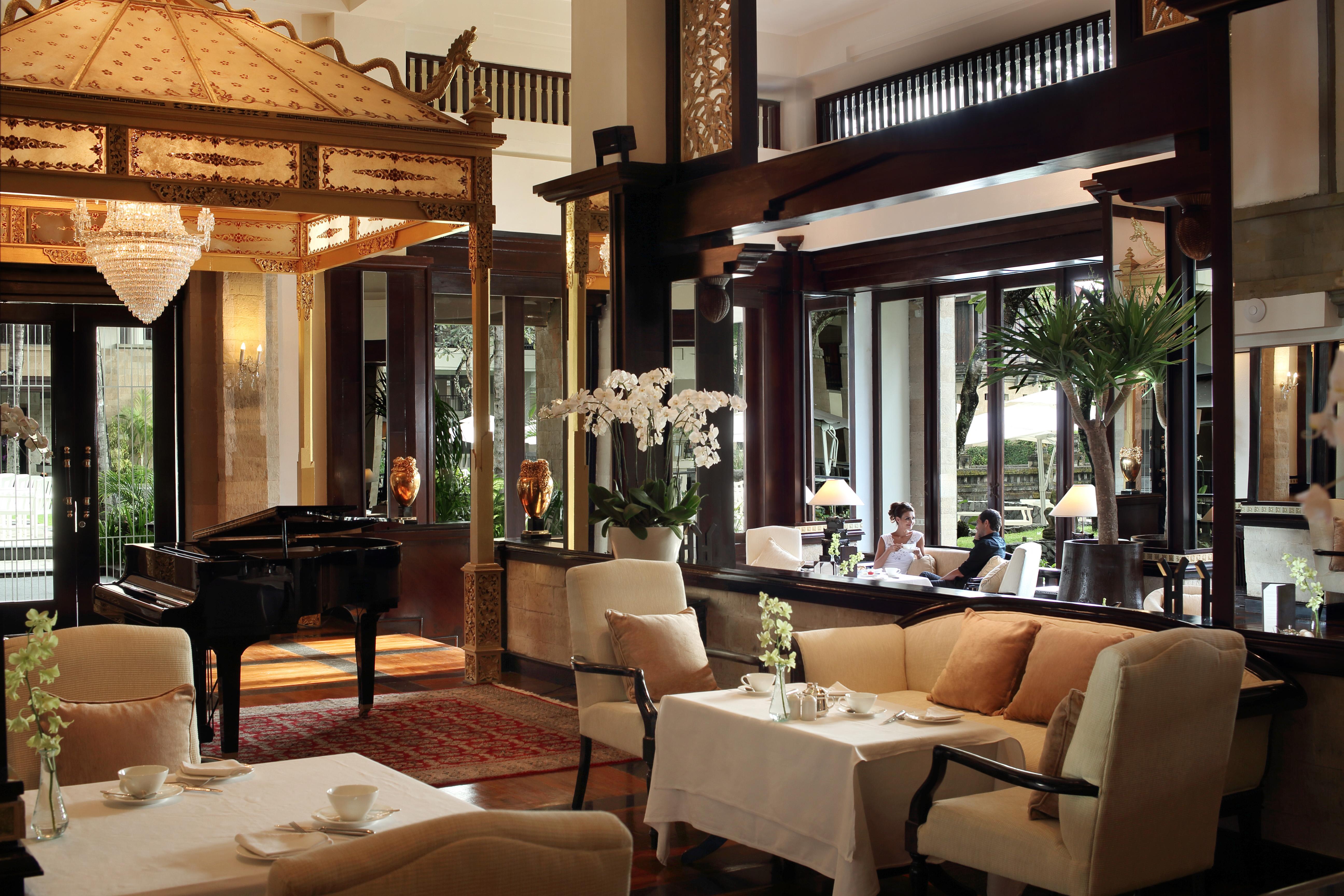 1_Club Lounge Grand Piano
